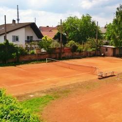 venkovní antukový tenisový kurt